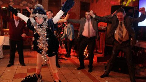 Все танцуют на новогоднем празднике