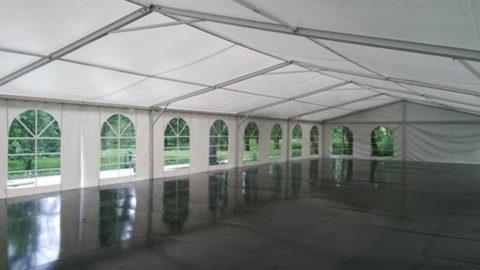 Внутри арендованного шатра
